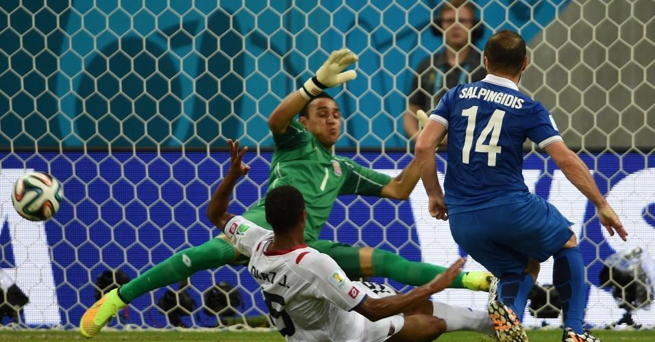 Goleiro Navas fez grande defesa em chute de Salpingidis e impediu que a Grécia abrisse o placar contra a Costa Rica