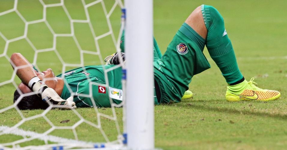 Goleiro Navas fica caído no chão após a Grécia marcar o gol de empate contra a Costa Rica
