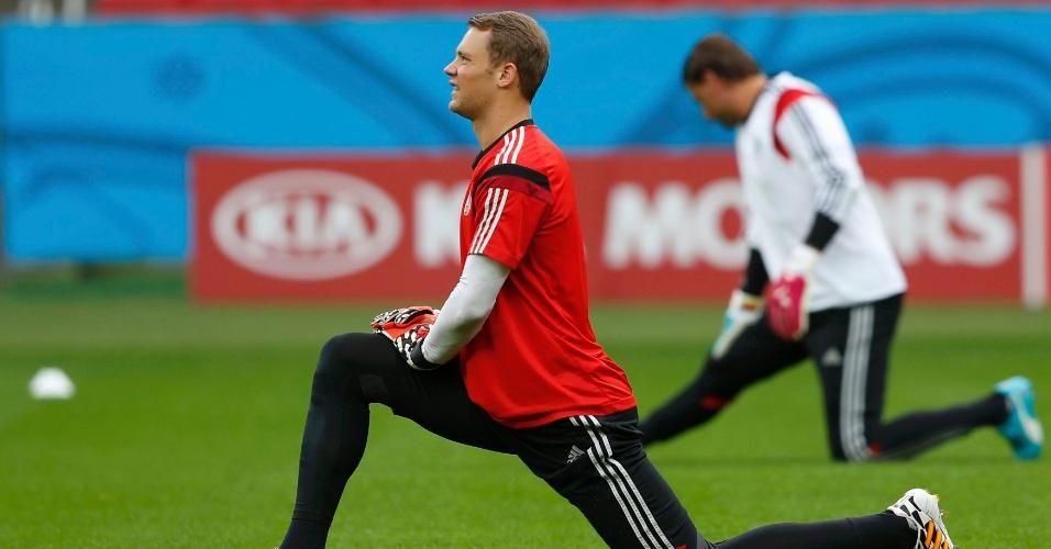 Goleiro Neuer faz alongamento em treino da Alemanha, em Porto Alegre