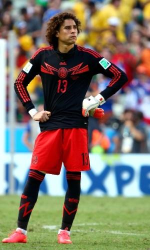 Goleiro Ochoa exibe cara de poucos amigos após o México perder e ser eliminado pela Holanda da Copa do Mundo