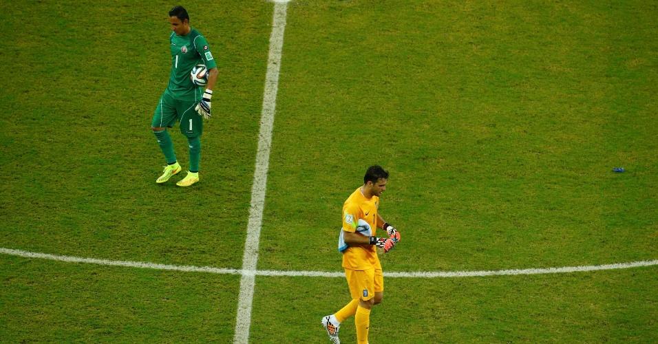 Goleiros de Costa Rica e Grécia trocam de lado no campo após o fim do primeiro tempo da prorrogação