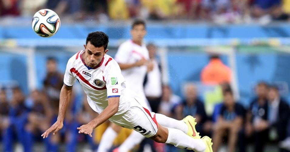 Gonzalez cabeceia bola durante partida entre Costa Rica e Grécia na Arena Pernambuco