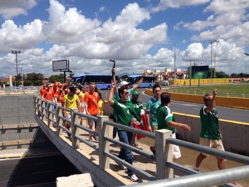 Holandeses e mexicanos caminham em direção ao Castelão