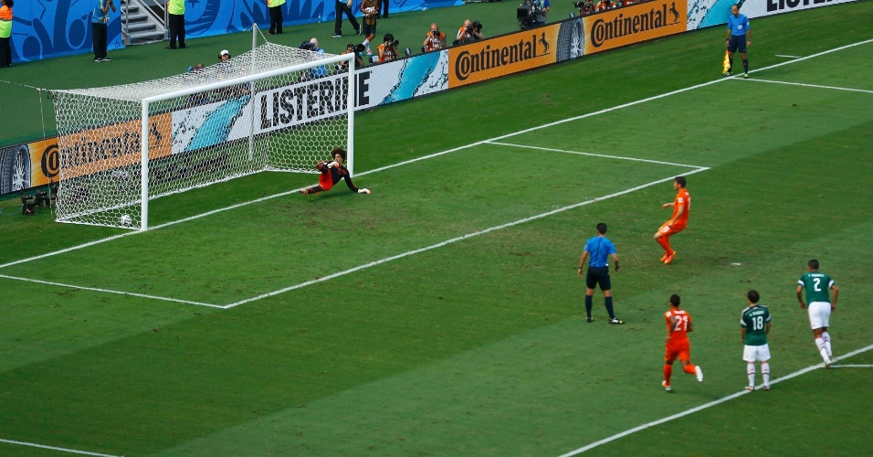 Huntelaar cobrou pênalti com perfeição e deu a vitória para a Holanda sobre o México