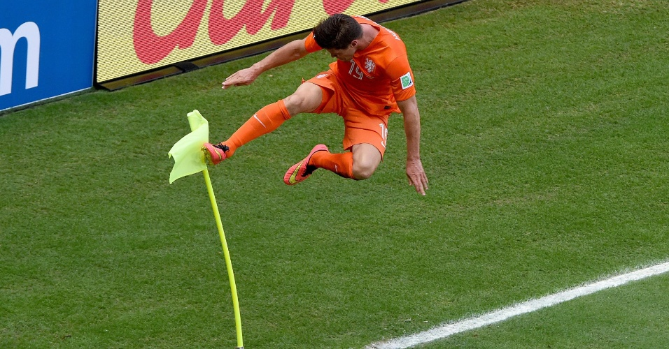 Huntelaar dá voadora na bandeirinha de escanteio após marcar o gol da vitória da Holanda sobre o México