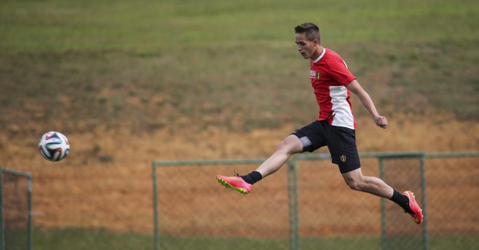 Januzaj salta com a bola em treino da Bélgica, em São Paulo