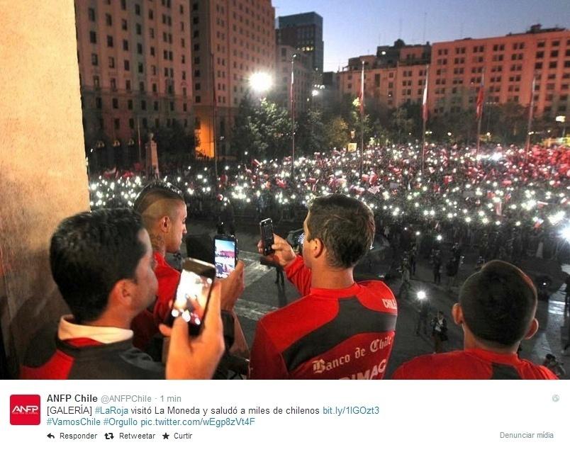 Jogadores chilenos registram recepção da torcida na Praça de La Moneda, em Santiago