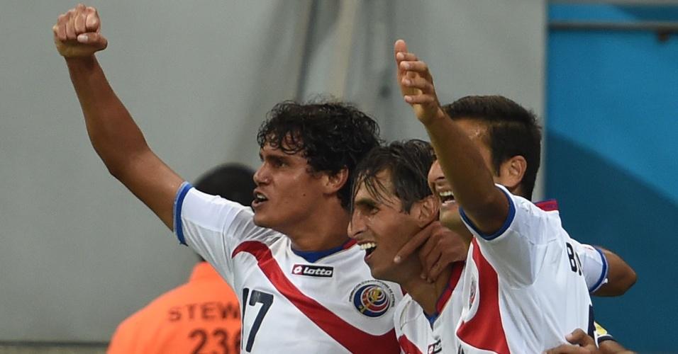 Jogadores da Costa Rica comemoram após Bryan Ruiz abrir o placar contra a Grécia