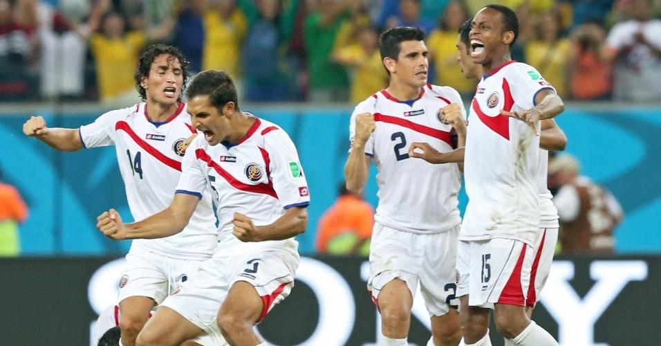 Jogadores da Costa Rica comemoram após vitória sobre a Grécia nos pênaltis em jogo válido pelas oitavas de final da Copa do Mundo