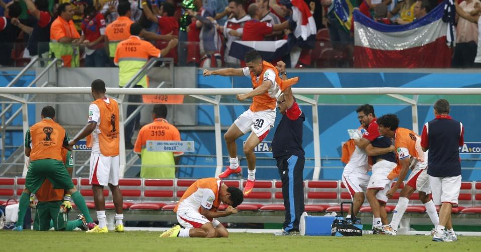 Jogadores da Costa Rica comemoram muito após a equipe bater a Grécia nos pênaltis e avançar para as quartas da Copa do Mundo