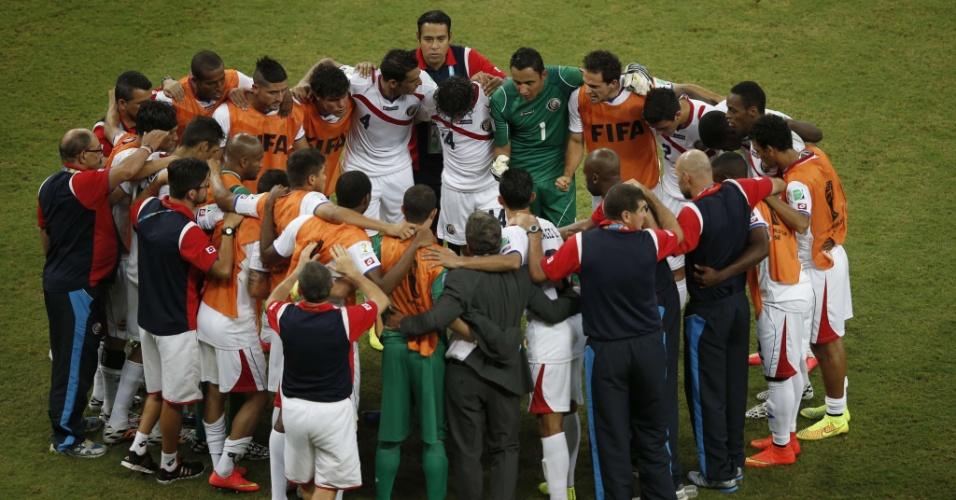 Jogadores da Costa Rica conversam antes do início do primeiro tempo da prorrogação contra a Grécia