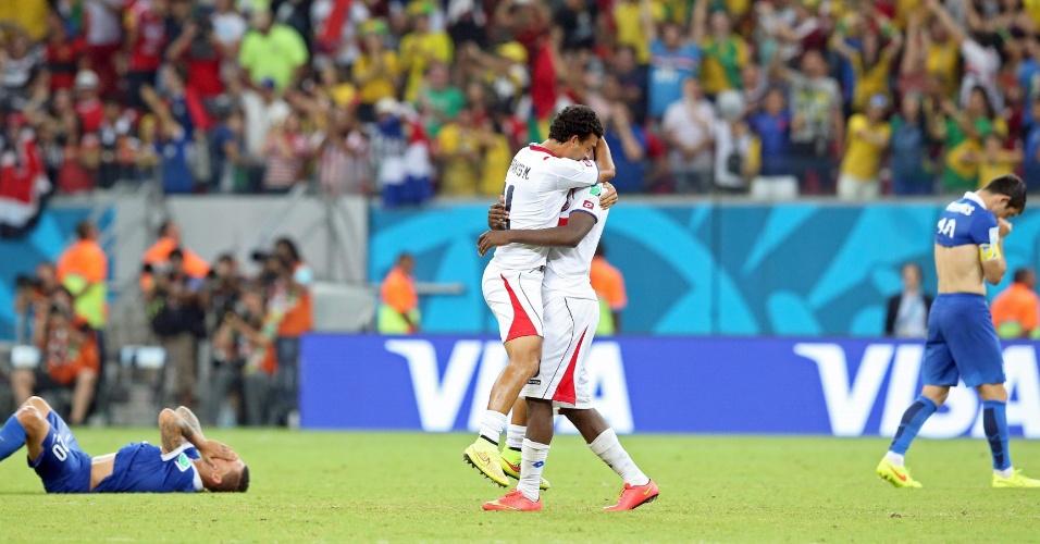 Jogadores da Costa Rica se abraçam após vitória sobre a Grécia nos pênaltis