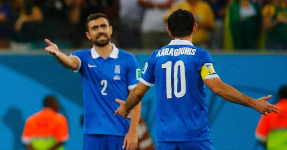 Jogadores da Grécia discutem após gol da Costa Rica