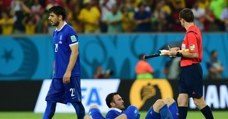 Jogadores da Grécia exibem abatimento após a equipe ser derrotada por pênaltis pela Costa Rica