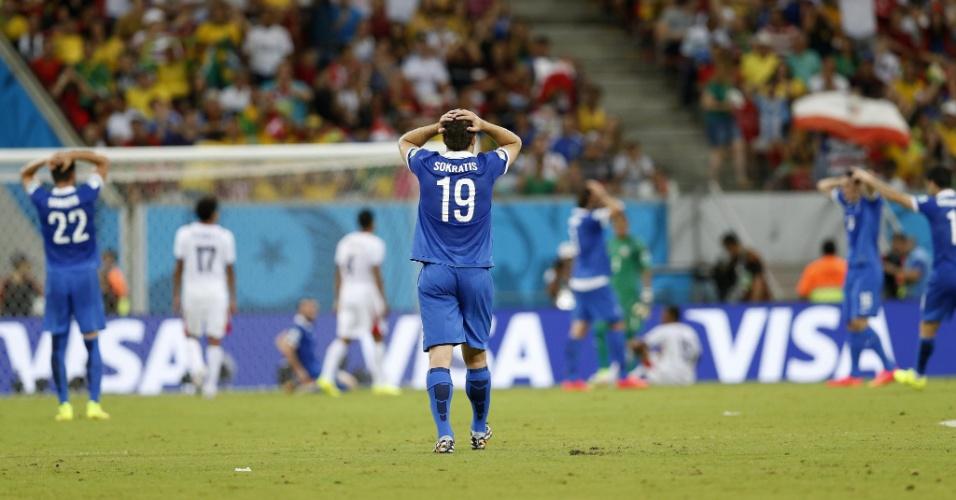 Jogadores da Grécia lamentam chance de gol perdida em jogo contra a Costa Rica