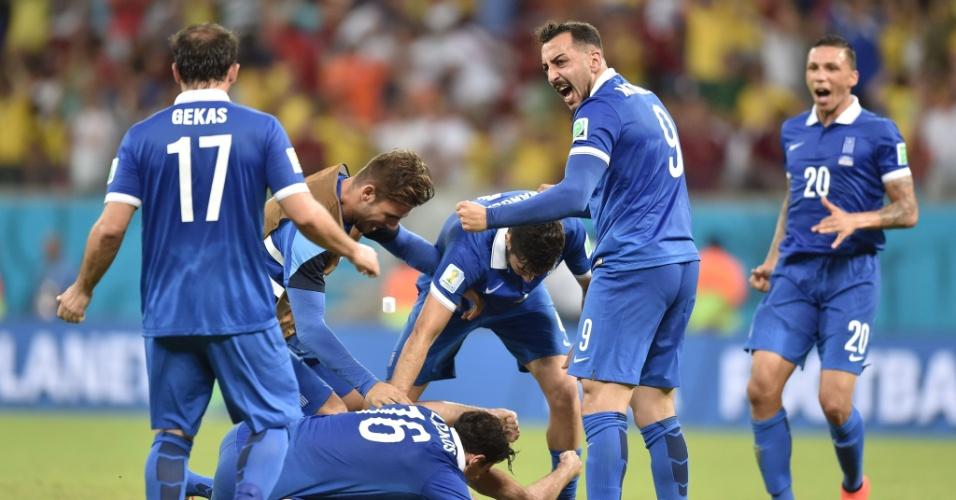 Jogadores da Grécia vibram com gol marcado por Sokratis já nos acréscimos da partida contra a Costa Rica