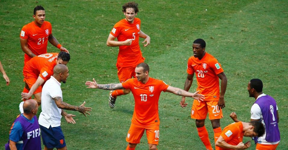 Jogadores da Holanda comemoram gol marcado por Sneijder contra o México