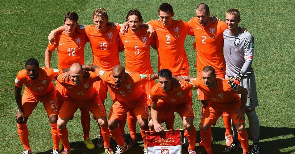 Jogadores da Holanda posam para foto antes de partida contra o México, na Arena Castelão