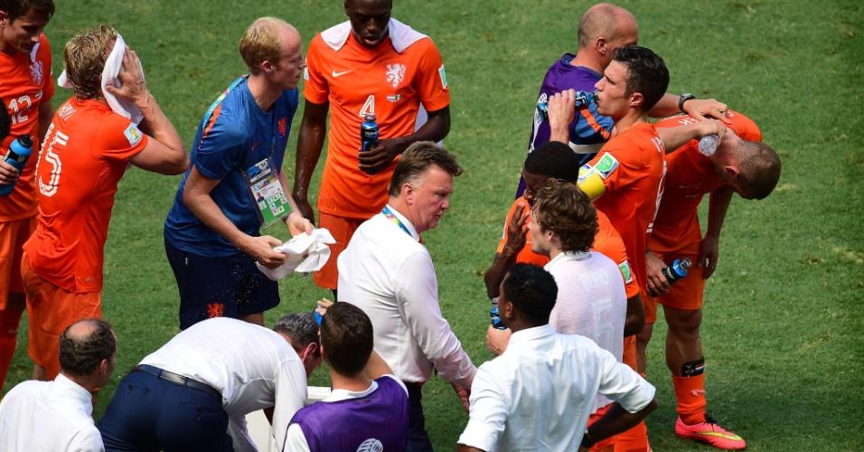 Jogadores da Holanda tentam se refrescar em parada técnica devido ao forte calor em faz em Fortaleza