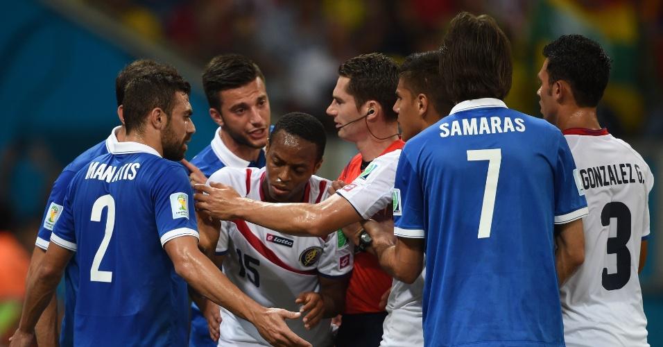 Jogadores de Costa Rica e Grécia discutem após marcação de falta