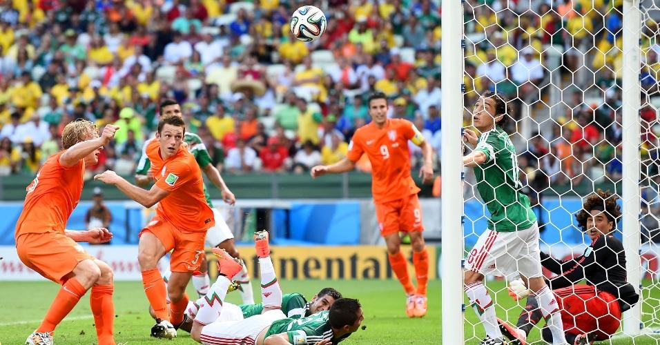 Jogadores de Holanda e México observam bola após grande defesa do goleiro Ochoa na cabeçada do zagueiro De Vrij