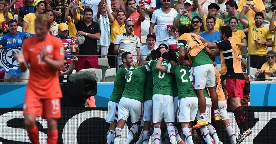 Jogadores do México comemoram gol marcado por Giovanni dos Santos contra a Holanda
