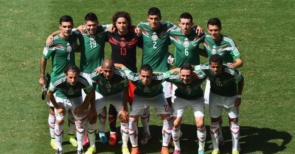 Jogadores do México posam para foto antes de partida contra o Holanda, na Arena Castelão