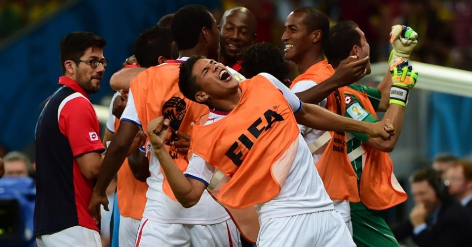 Jogadores reservas da Costa Rica comemoram gol marcado por Bryan Ruiz contra a Grécia