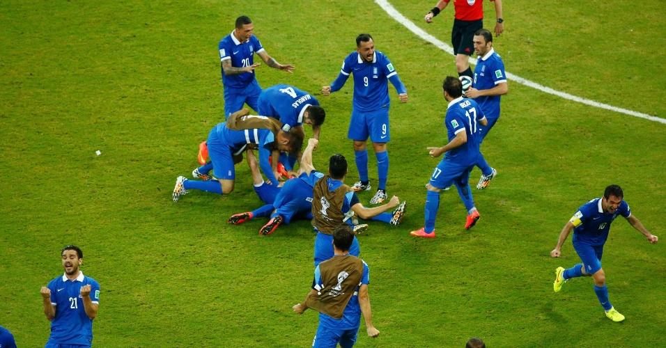 Jogadores reservas da Grécia invadiram o gramado para comemorar o gol de empate marcado contra a Costa Rica