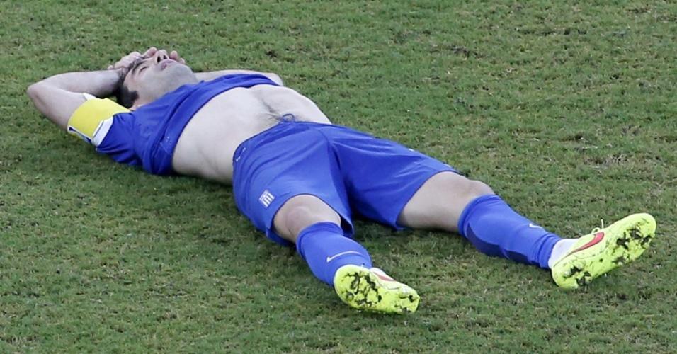 Karagouni fica caído no gramado após a Grécia ser desclassificada pela Costa Rica nos pênaltis