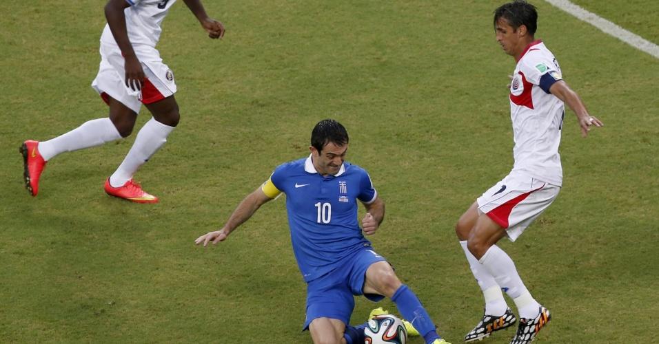 Karagounis desamar Bryan Ruiz com carrinho durante Costa Rica e Grécia, na Arena Pernambuco