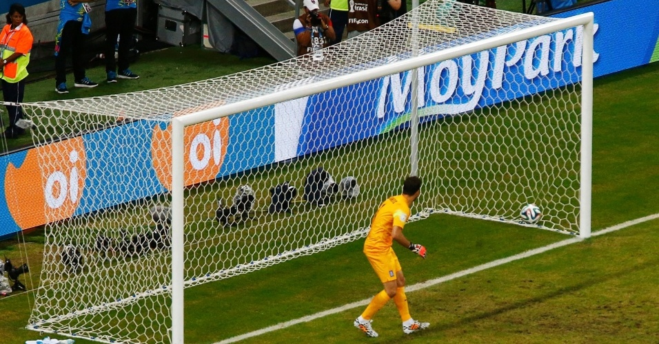 Karnezis, da Grécia, observa a bola entrar em seu canto esquerdo em gol marcado pela Costa Rica