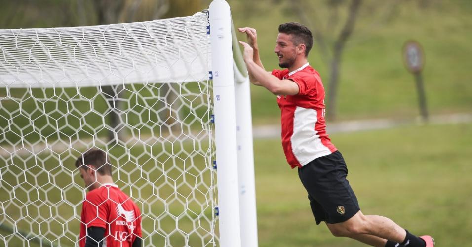 Mertens parece voar em treino da Bélgica, em São Paulo. Os belgas enfrentam os Estados Unidos pelas oitavas de final da Copa, nesta terça-feira, em Salvador