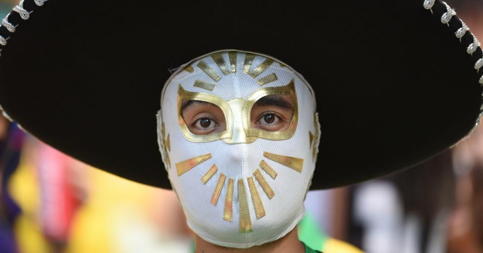 Mexicano usa máscara e chapéu típico no Castelão, em jogo contra a Holanda