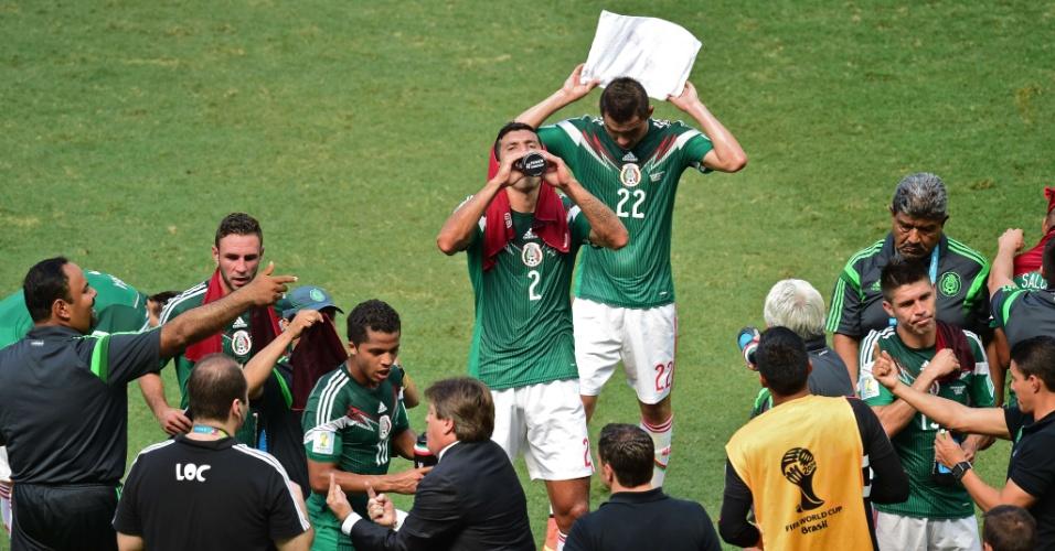 Miguel Herrera aproveita parada técnica para conversar com os jogadores do México em partida contra a Holanda
