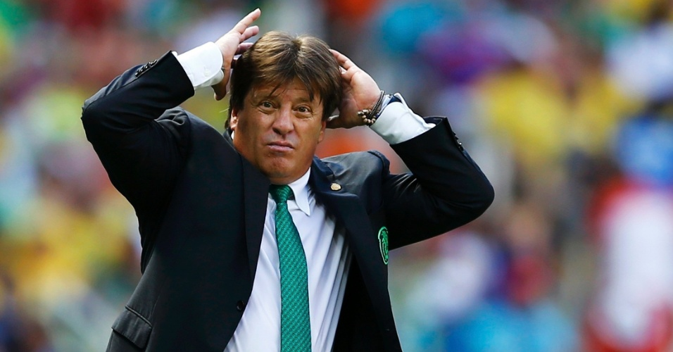Miguel Herrera leva as mãos à cabeça após a Holanda marcar contra o México