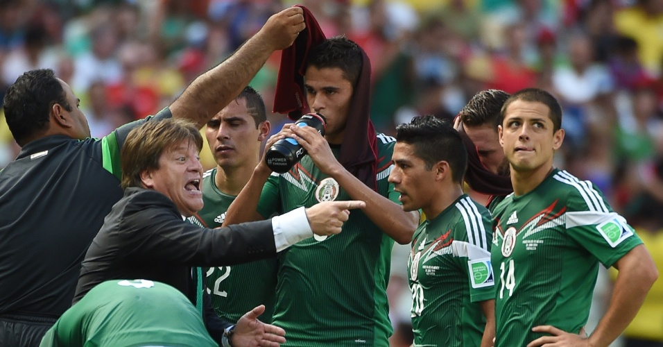 Miguel Herrera orienta os jogadores do México durante parada técnica no segundo tempo de partida contra a Holanda, em Fortaleza