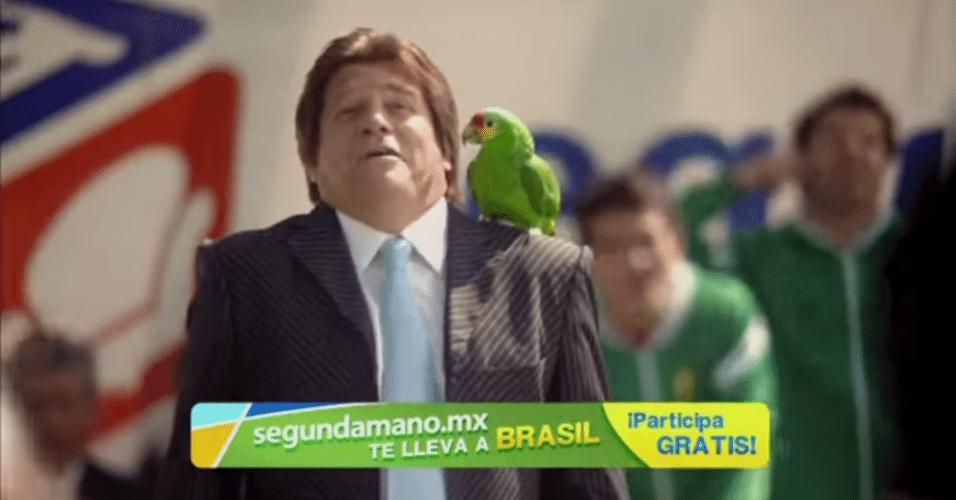 Miguel Herrera, técnico do México, grava propaganda com um papagaio
