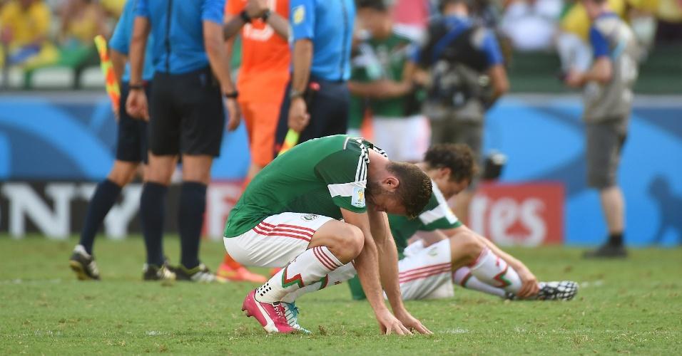 Miguel Layun fica no gramado após o México perder para a Holanda e ser eliminado da Copa do Mundo