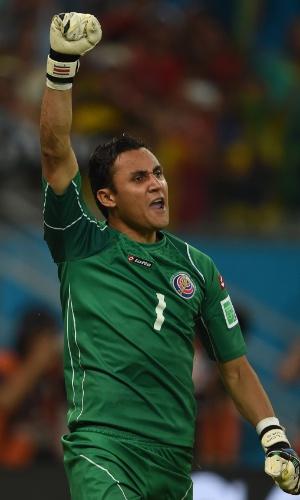 Navas comemora após pegar pênalti de Gekas durante partida entre Costa Rica e Grécia