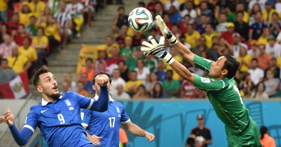 Navas faz a defesa em bola cruzada pela Grécia na área da Costa Rica