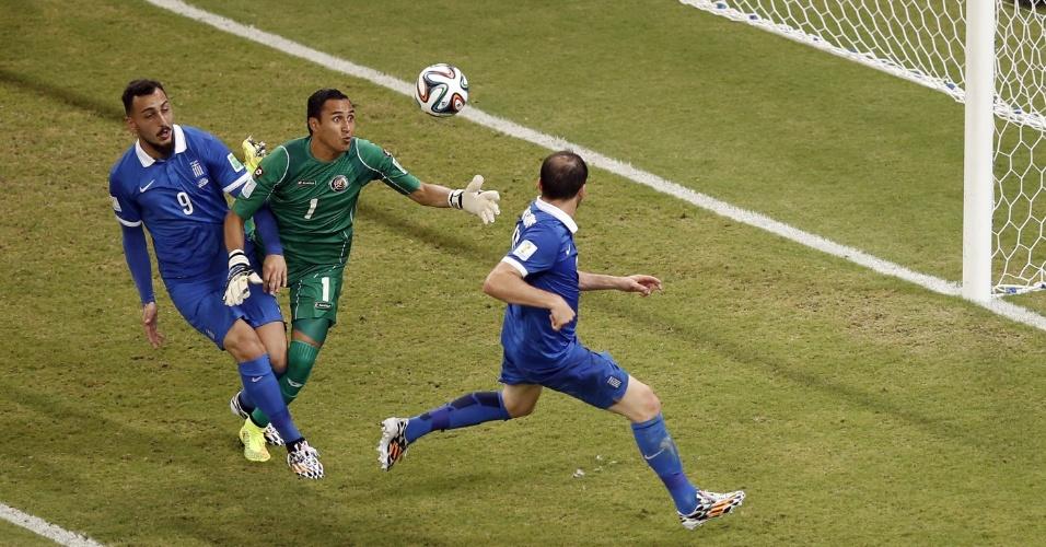 Navas faz a defesa em cabeçada de Mitroglou e impede gol da Grécia