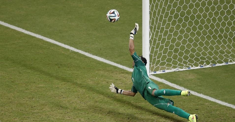 Navas pulou no canto esquerdo, defendeu o pênalti batido por Gekas em partida entre Costa Rica e Grécia