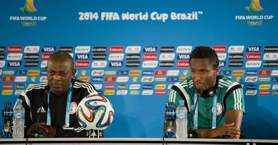 O treinador da Nigéria, Stephen Keshi, e o meio-campo Mikel, participam de coletiva de imprensa em Brasília, onde a Nigéria enfrenta a França nesta segunda-feira