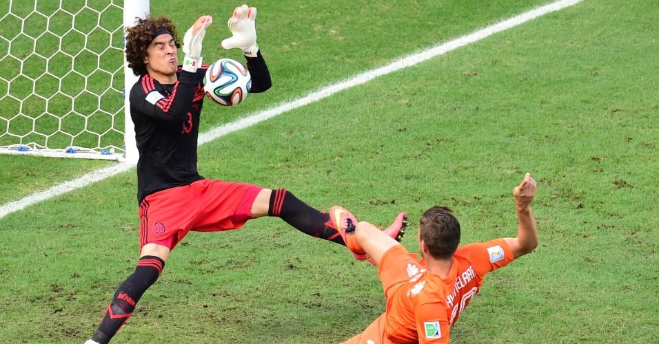 Ochoa defende chute de Huntelaar durante Holanda e México, na Arena Castelão