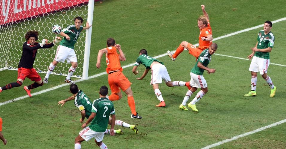 Ochoa faz grande defesa em cabeçada de De Vrij e impede gol da Holanda
