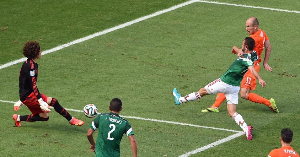 Ochoa fez mais uma grande defesa e evitou gol de Robben durante Holanda e México, em Fortaleza