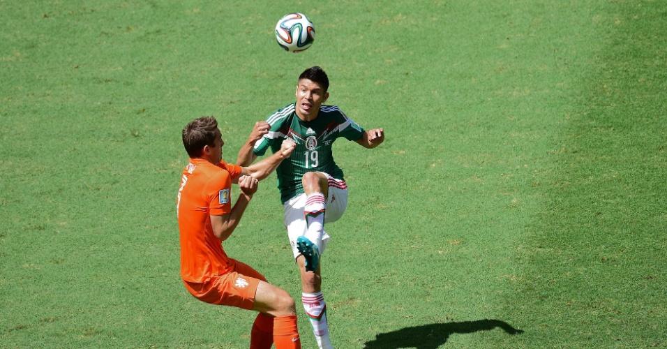 Peralta, atacante do México, enfrenta a marcação do zagueiro da Holanda, Stefan de Vrij