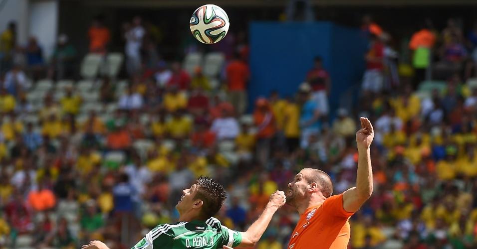Peralta e Vlaar disputam bola pelo alto durante partida entre Holanda e México