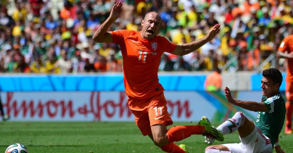 Robben cai após sofrer falta de Moreno durante Holanda e México, em Fortaleza